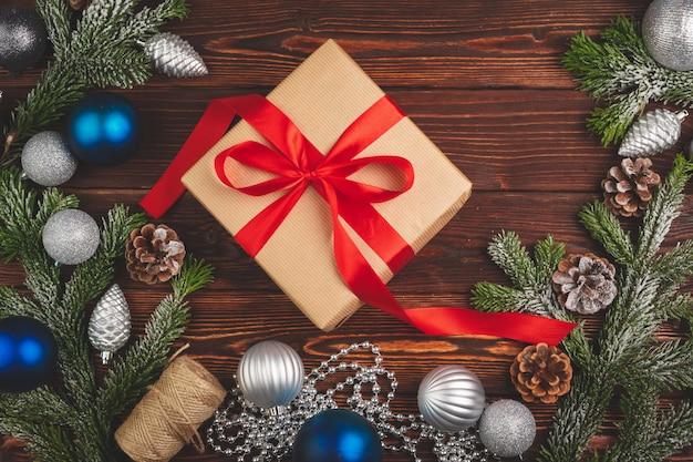 Elegante presente de natal decorado com fita em fundo de madeira, vista superior