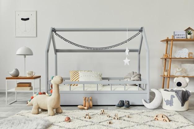 Elegante quarto infantil escandinavo com brinquedos criativos para a cama e modelo de decorações têxteis penduradas