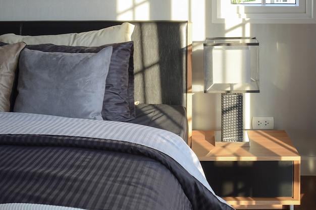 Elegante quarto interior decorativo com lâmpada de mesa de cabeceira moderna