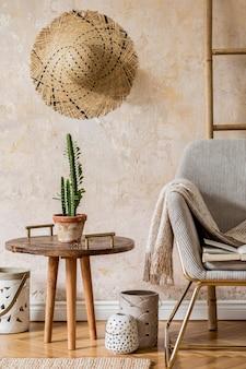 Elegante sala de estar oriental com poltrona de design, lindo macramê, carpete, decoração e acessórios pessoais elegantes no conceito wabi sabi.