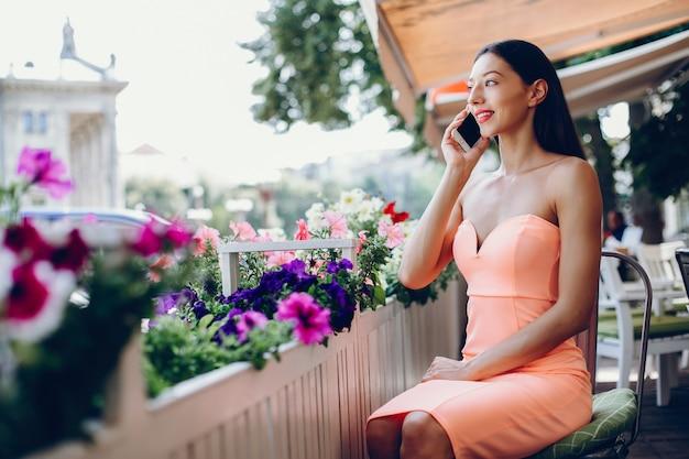 Elegante, senhora, com, telefone móvel