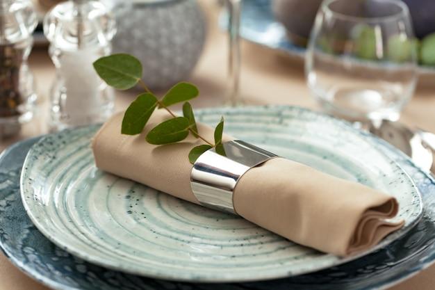 Elegante servindo num prato de cerâmica verde com guardanapo de algodão
