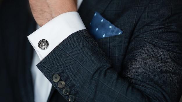 Elegante terno manga e botões de punho close-up.