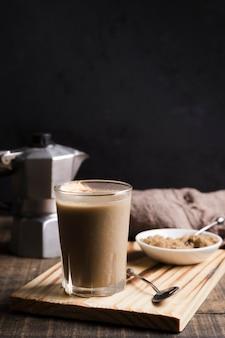 Elegante xícara de café frio com cubos de gelo
