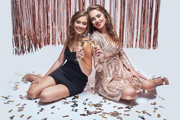 Elegantes jovens se divertindo e bebendo champanhe durante a festa de ano novo.