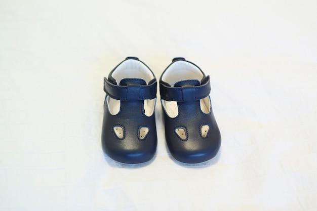 Elegantes sapatos de bebê azul sem cadarço