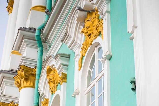Elemento da decoração da fachada do edifício do eremitério em st petersburg.