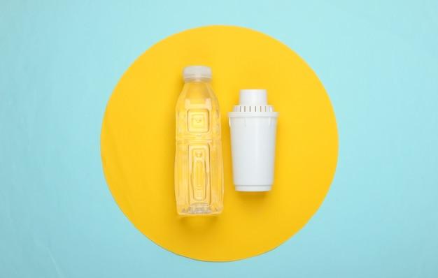 Elemento de filtro de purificador de água e garrafa de água pura sobre fundo azul com círculo amarelo. vista do topo