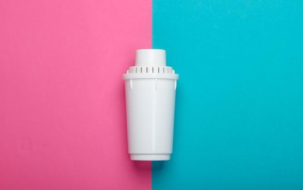 Elemento de filtro do purificador de água no fundo azul rosa. vista do topo