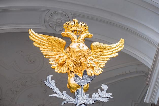 Elemento de uma decoração do portão principal de uma entrada para o hermitage em são petersburgo.