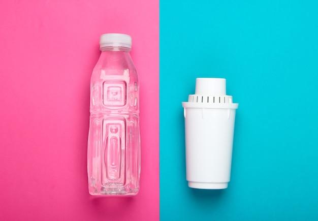 Elemento filtrante do filtro de água e garrafa de água pura no fundo azul rosa. vista do topo