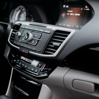 Elemento interior de luxo moderno navegação gps controle de telefone e sistema de menu multimídia o botão de interface controla o foco seletivo com copyspace.