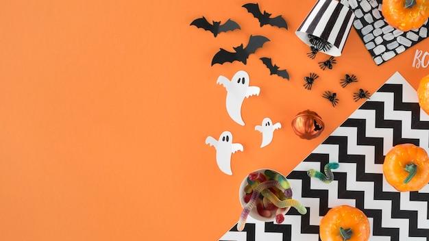 Elementos assustadores de halloween com vista superior e espaço de cópia