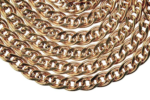 Elementos da corrente dourada. joias feitas de metal precioso em um fundo branco.