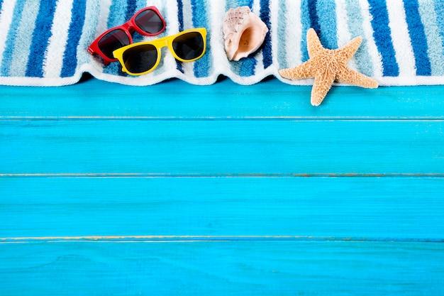 Elementos da praia sobre um piso decks