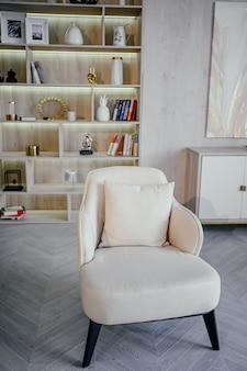 Elementos da sala de estar de luxo moderna clássica brilhante de estilo escandinavo com detalhes em madeira, brancos e mármore, móveis novos e elegantes, prateleira de livros, poltrona aconchegante. design de interiores nórdico minimalista
