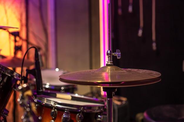 Elementos da vista superior do close-up da bateria. criatividade musical e conceito de prática.