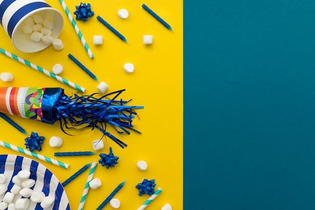 Elementos de aniversário em fundo amarelo e azul