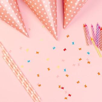 Elementos de aniversário no fundo rosa