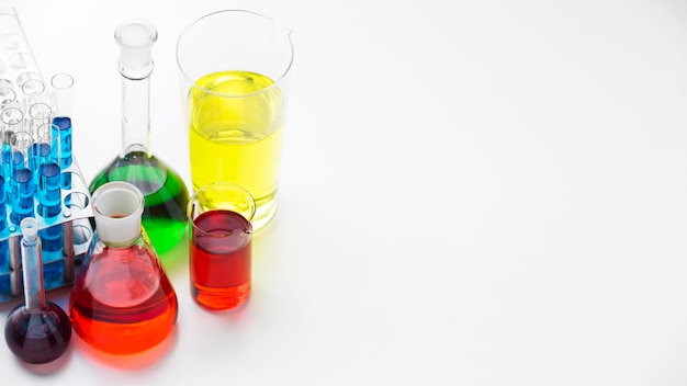 Elementos de ciência com sortimento de produtos químicos com espaço de cópia