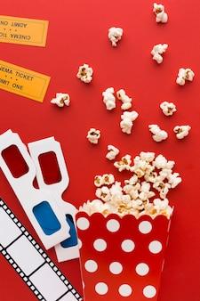 Elementos de cinema de vista superior em fundo vermelho