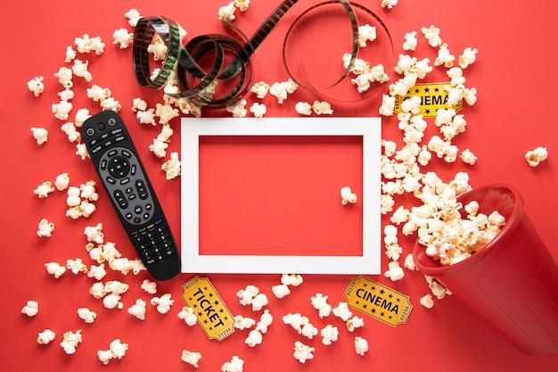 Elementos de cinema e moldura branca em fundo vermelho