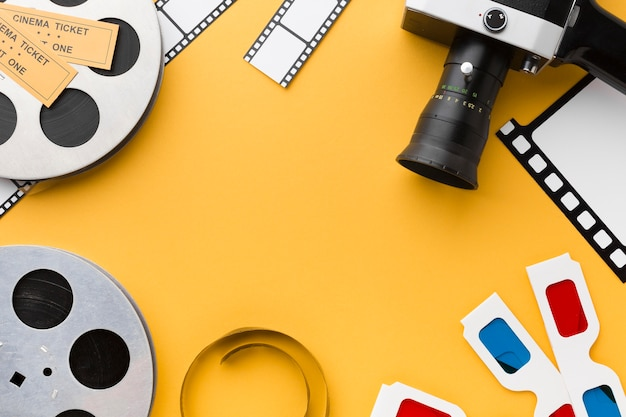 Elementos de cinema em fundo amarelo com espaço de cópia