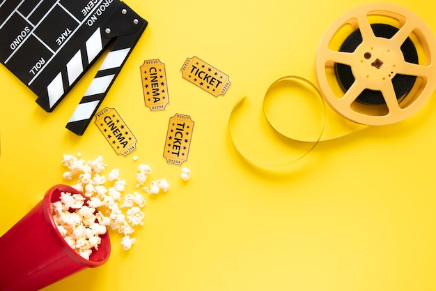Elementos de cinema em fundo amarelo