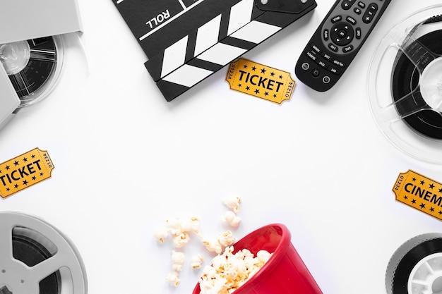 Elementos de cinema em fundo branco, com espaço de cópia