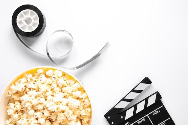 Elementos de cinema em fundo branco