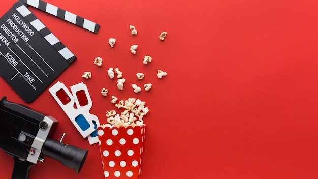 Elementos de cinema em fundo vermelho, com espaço de cópia