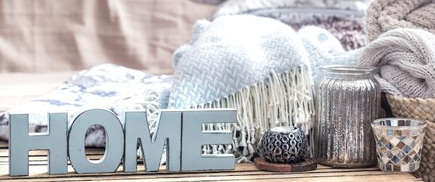 Elementos de decoração aconchegante em casa em cima da mesa na sala de estar