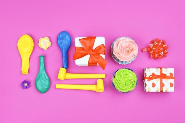 Elementos de decoração de aniversário brilhante, caixas de presente e balões