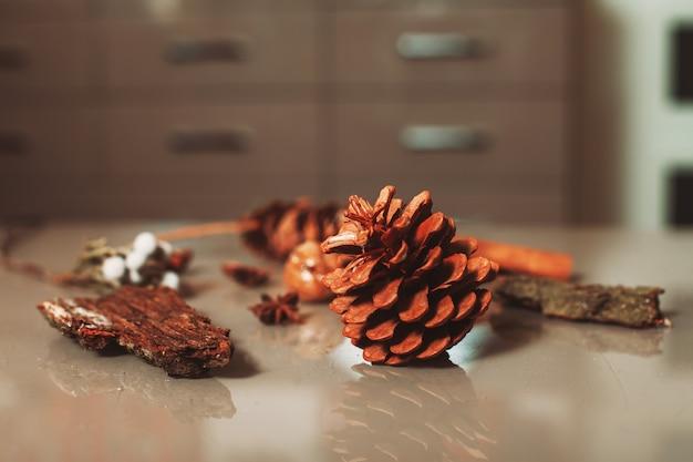 Elementos de decoração de florista colocados sobre a mesa.