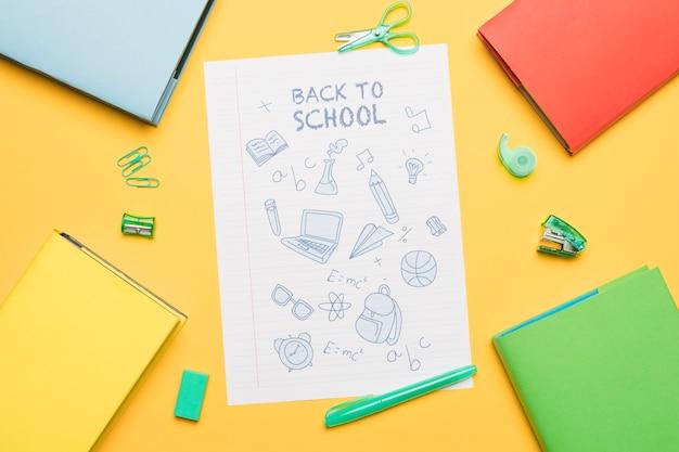 Elementos de estudar pintado em papel com a escrita de volta para a escola