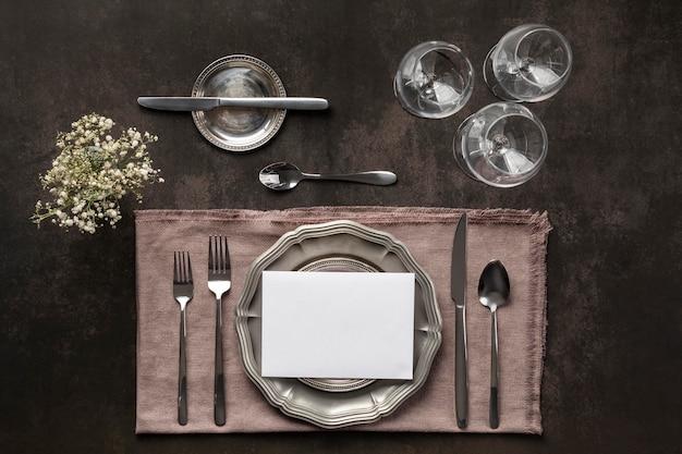Elementos de etiqueta à mesa acima da vista