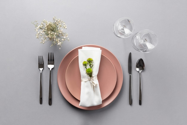 Elementos de etiqueta à mesa com planta