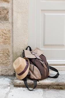 Elementos de férias com mochila em montenegro