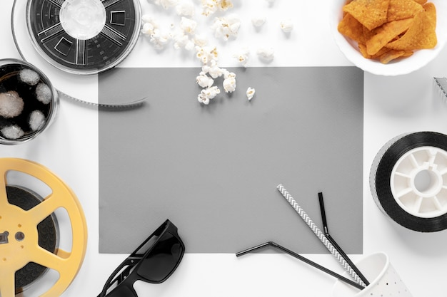 Elementos de filme em fundo branco com cartão vazio cinza