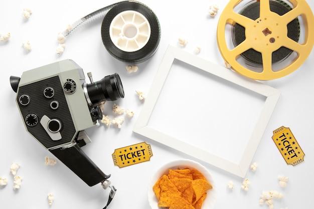 Elementos de filme em fundo branco com moldura branca vazia