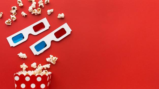 Elementos de filme sobre fundo vermelho, com espaço de cópia