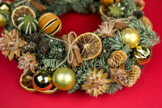 Elementos de inverno ano novo na superfície vermelha decorações de natal