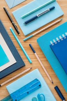 Elementos de mesa planos em mesa de madeira