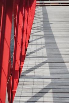 Elementos de metal da ponte e piso de madeira
