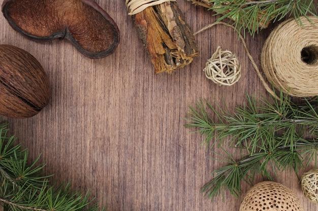 Elementos de natal em fundo de madeira