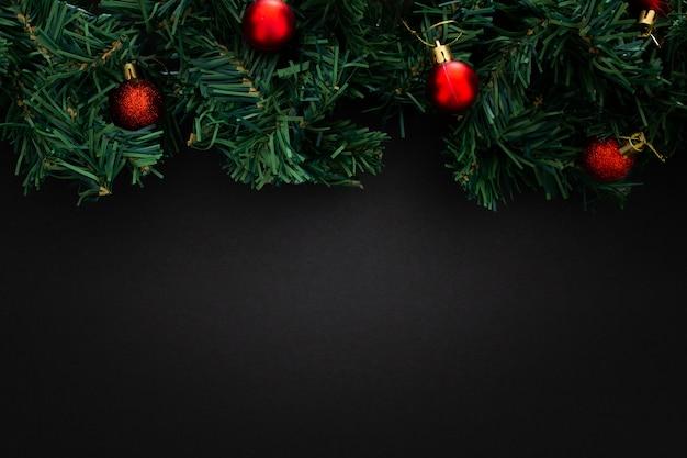 Elementos de natal em fundo preto de madeira