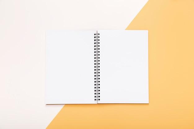 Elementos de papelaria com o bloco de notas aberto vazio
