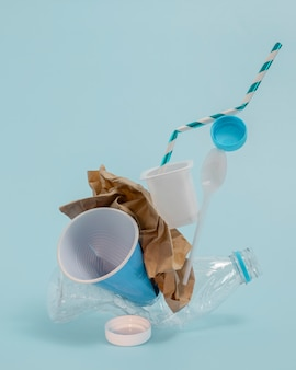 Elementos de plástico não ecológicos de vista frontal