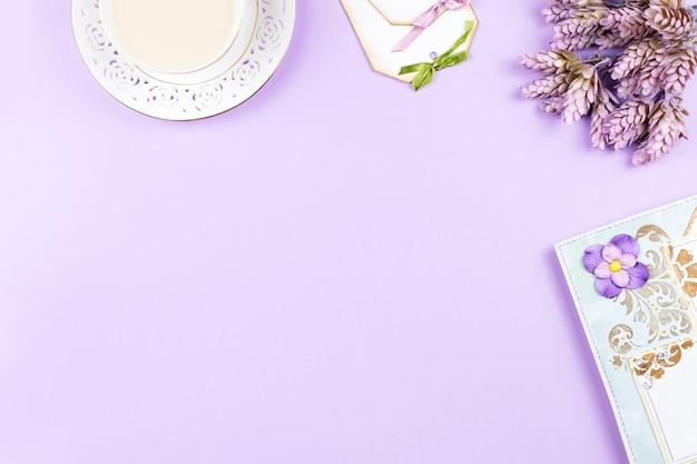 Elementos de scrapbook e decoração em fundo pastel, copie o espaço.