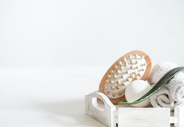 Elementos de spa com escova de massagem e bomba de banho. estilo de vida saudável, conceito de cuidados com o corpo e relaxamento.